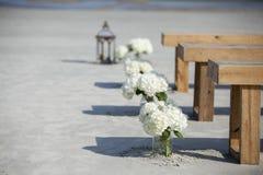 金属螺盖玻璃瓶和花在婚礼 免版税库存照片