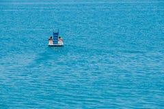 夫妇骑马脚蹬小船 库存图片
