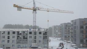Драматическое падение снега и построители работников строительной площадки работают видеоматериал