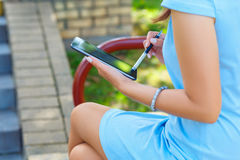 使用片剂的年轻女商人 免版税库存照片