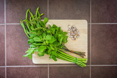 大蒜、豇豆和蓬蒿泰国食物的 免版税库存照片