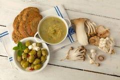 Суп гриба и коричневый хлеб Стоковые Изображения RF