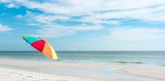 单独伞在海滩 免版税库存照片