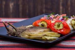 Зажаренные в духовке овощи с сальсой томата Стоковое фото RF
