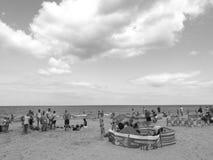 在海滩 在黑白的艺术性的神色 免版税库存照片