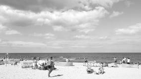 在海滩 在黑白的艺术性的神色 库存照片