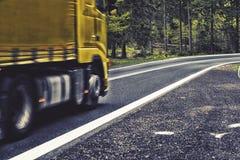 行动被弄脏的高速公路在森林里, 库存图片