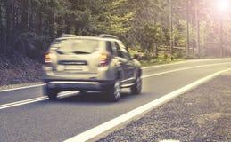 行动被弄脏的高速公路在森林里 库存图片