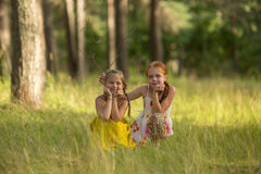 摆在为照相机的两个女孩孩子 库存照片
