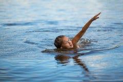 漂浮在河的小女孩 免版税库存图片