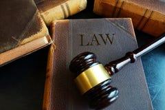 法律书和惊堂木 库存照片