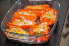 Сваренные заполненные красные перцы с яичками, ветчиной и гренками Стоковая Фотография