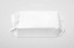 Υγρός σκουπίζει την άσπρη συσκευασία με το χτύπημα σε γκρίζο Στοκ Φωτογραφίες