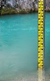 Желтый датчик уровня воды в реке Стоковые Фото