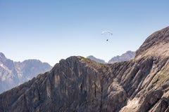 Параплан в горных вершинах Баварии Стоковая Фотография