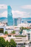 在第比利斯都市都市风景背景的现代建筑学, 免版税库存照片