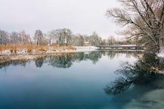 湖未冻结的水  与雪的冬天横向 免版税库存照片