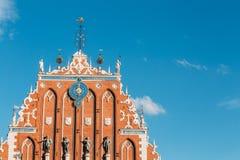 在鸥议院的门面的雕塑在里加,拉脱维亚 免版税库存图片