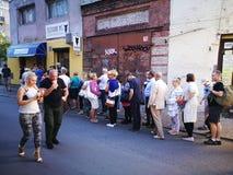 买的冰淇凌 人们 免版税库存照片