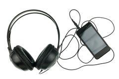 音乐概念黑智能手机和黑耳机 免版税库存图片