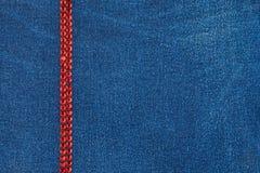 用红色假钻石装饰的牛仔布织品 库存图片