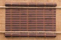 以一条原稿和绳索的形式在麻袋布,竹席子扭转了 图库摄影