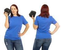 穿空白的蓝色衬衣的妇女拿着照相机 免版税库存图片