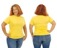 佩带空白的黄色衬衫的硬前胸和后面的妇女 库存图片