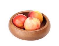 在木碗的油桃 免版税库存照片