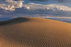 反对日落天空的沙丘 免版税库存图片
