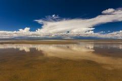 在沙漠附近的巨大的湖 库存照片