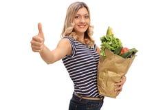 拿着袋子杂货的妇女 免版税库存照片