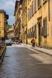 狭窄的街道在佛罗伦萨,意大利 库存图片