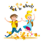 Мальчик и девушка бежать к школе держа руки Стоковые Фотографии RF