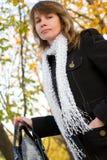 κομψή γυναίκα πάρκων φθινο Στοκ Φωτογραφία