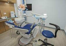 Εσωτερικό της κλινικής χειρουργικών επεμβάσεων οδοντιάτρων με την καρέκλα Στοκ εικόνα με δικαίωμα ελεύθερης χρήσης