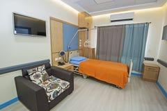 Εσωτερικό ενός ιδιωτικού δωματίου θαλάμων νοσοκομείων Στοκ φωτογραφία με δικαίωμα ελεύθερης χρήσης
