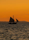 Деревянная шлюпка на заходе солнца Стоковая Фотография