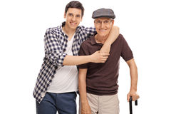 拥抱一名老人的人 免版税库存照片