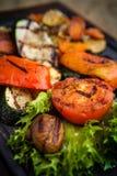 烤菜,烘烤在煤炭烤箱 免版税库存照片
