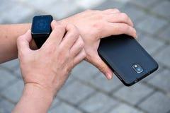 Άτομο που χρησιμοποιεί το έξυπνο ρολόι Στοκ Εικόνες