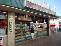 盐水乳脂糖和糖果商店 免版税库存图片