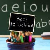 回到学校的文本黑板的 免版税库存照片