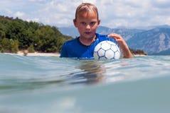 Мальчик с маской акваланга в озере Стоковые Фотографии RF