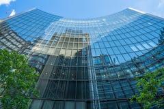 威利斯大厦劳埃德修造的玻璃外部的反射  免版税库存照片