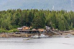 Дом и рыбацкие лодки на аляскском побережье Стоковое Фото