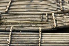 竹子用筏子运送游人等待 图库摄影