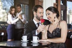 Η ρομαντική εκμετάλλευση ζεύγους αυξήθηκε ενώ χορευτές που εκτελούν το τανγκό Στοκ Φωτογραφία