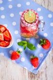 夏天草莓柠檬水 免版税库存图片