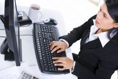 女实业家办公室工作 免版税库存图片